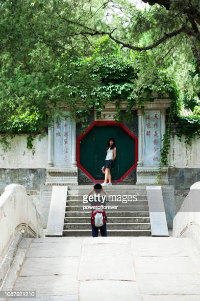 Touristen, die eine Aufnahme im Sommerpalast in Peking, China