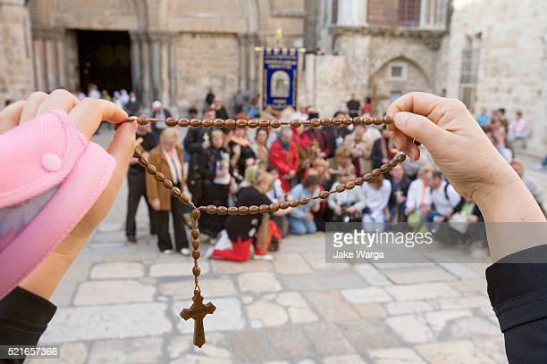 tourists taking group shot framed through crucifix necklace, old jerusalem, israel - jake warga fotografías e imágenes de stock