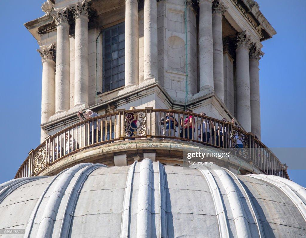 """Touristen in der Ansicht von """"The Golden Gallery"""" an die Spitze der St. Pauls Cathedral. Dies ist die kleinste der Galerien und läuft um den höchsten Punkt der äußeren Kuppel : Stock-Foto"""