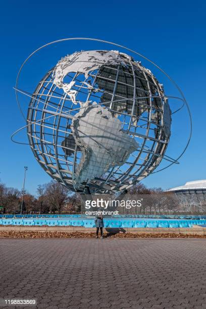 巨大な地球の前で写真を撮る観光客 - ユニスフェア ストックフォトと画像