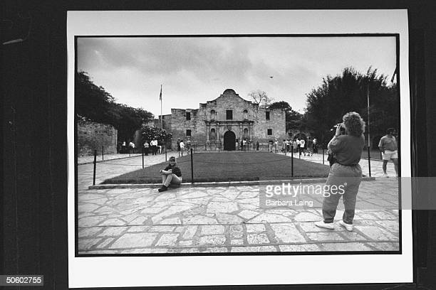 Tourists taking pictures outside Alamo chapel