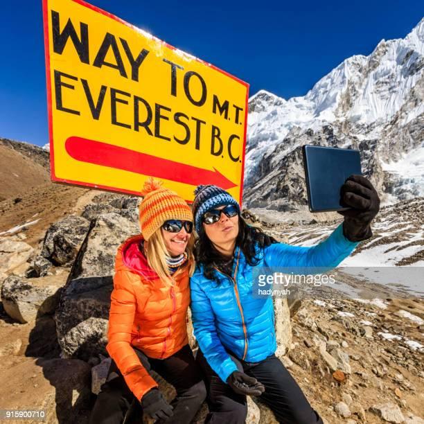 道標「エベレスト ベース キャンプに方法」横にある selfie の観光客