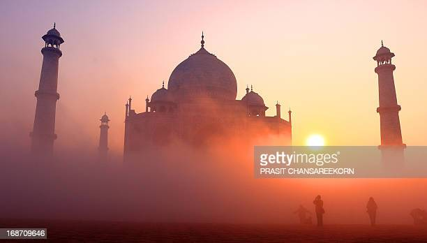 CONTENT] Tourists taking sunrise picture of Taj Mahal India