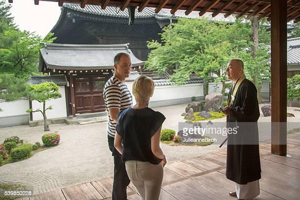 Touristen sprechen an japanischen buddhistischen Priester