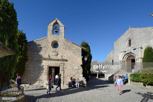 tourists & the chapelle des penitents blancs, or white penitents chapel, les baux-de-provence provence f - group f 個照片及圖片檔