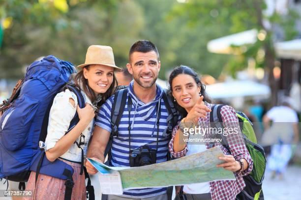 Touristen, die mit Hilfe einer Karte auf Straße