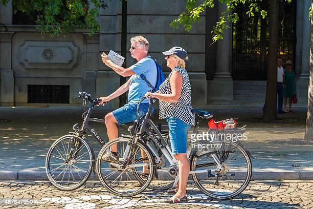 Turistas a visualização de Porto cidade em bicicletas