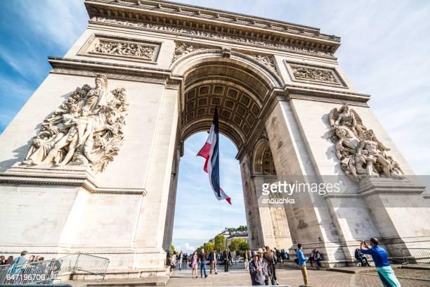 Touristen, die berühmten Arc de Triomphe, Paris, Frankreich