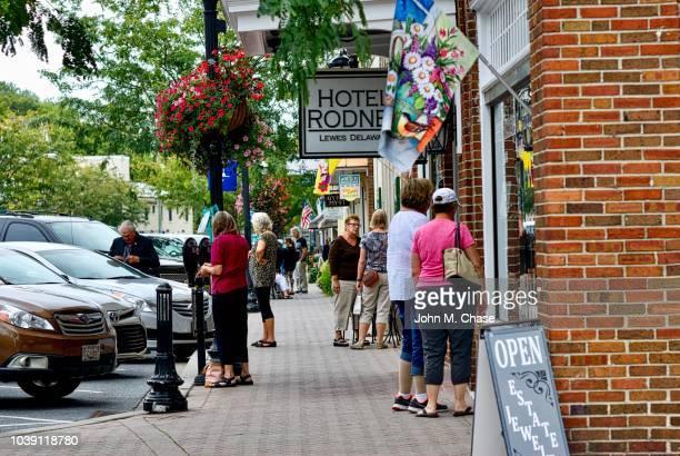 ルイス、デラウェア州を訪れる観光客 - デラウェア州 ストックフォトと画像