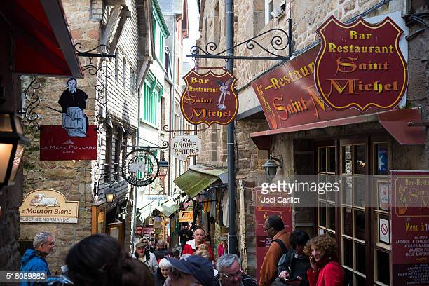 観光客の訪問モンサンミッシェル、frnace - モンサンミッシェル ストックフォトと画像