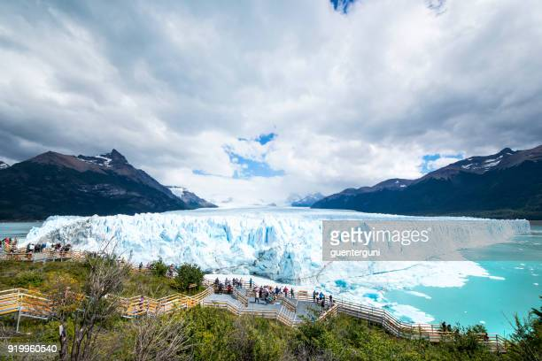 tourists visiting perito moreno glacier in patagonia, argentina - los glaciares national park stock pictures, royalty-free photos & images