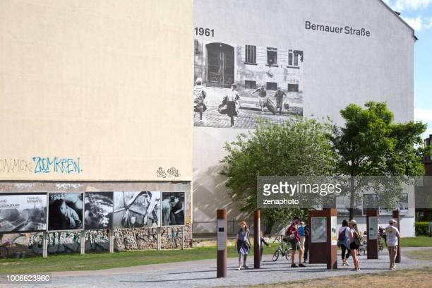 turistas que visitam o monumento de bernauer strasse - bernauer strasse - fotografias e filmes do acervo