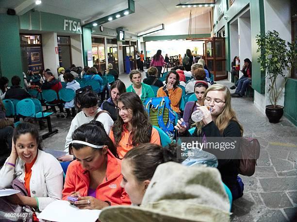 Turistas em espera na Estação ferroviária de Aguas Calientes