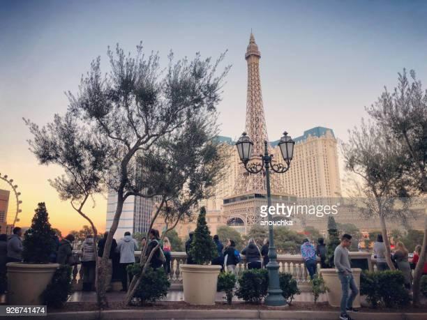Toeristen wachten Bellagio fontein Toon tegenover Paris Las Vegas Hotel