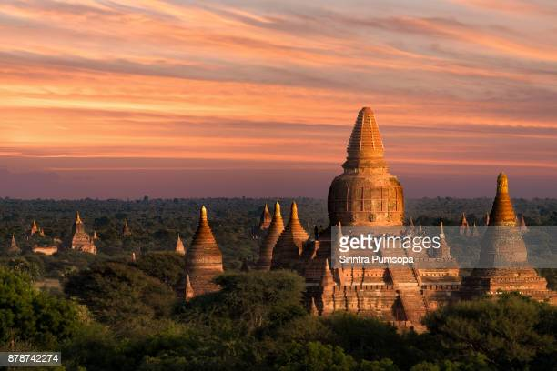 tourists waiting for sunrise at ancient pagoda in old bagan, myanmar - tempel stockfoto's en -beelden