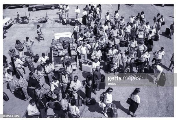 turistas esperando el ferry, skiathos isla grecia - 1980 1989 fotografías e imágenes de stock