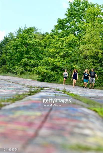 """tourists walk along """"graffiti road"""" - centralia pennsylvania foto e immagini stock"""