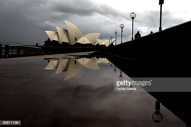 Tourists walk along Sydney's raindrenched foreshore 20 June 2005 AFR Picture by ROB HOMER