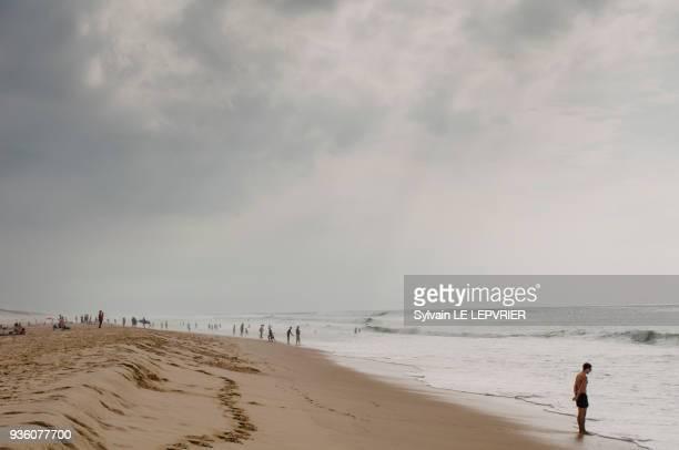 touristes marcher sur la plage. - biscarrosse photos et images de collection