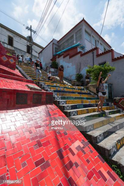turistas que andam abaixo do stairway de selaron em rio de janeiro - mid section - fotografias e filmes do acervo