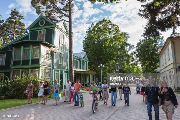 touristen auf der jomas straße in jurmala - lettland stock-fotos und bilder