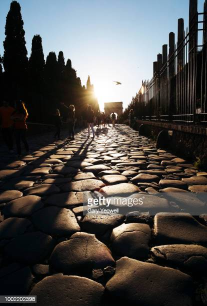 tourists walking from roman forum exit at closing time - yeowell foto e immagini stock