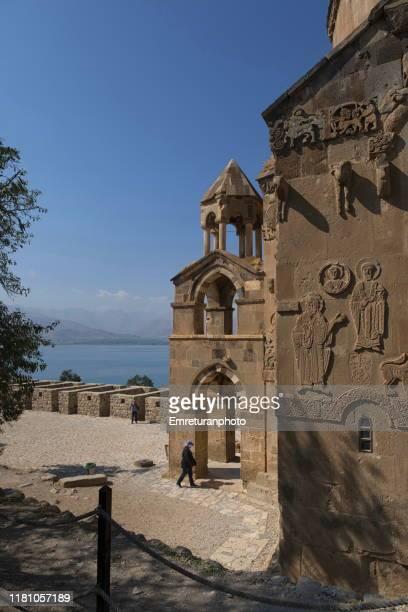 tourists walking in the courtyard of akdamar church,van lake. - emreturanphoto ストックフォトと画像