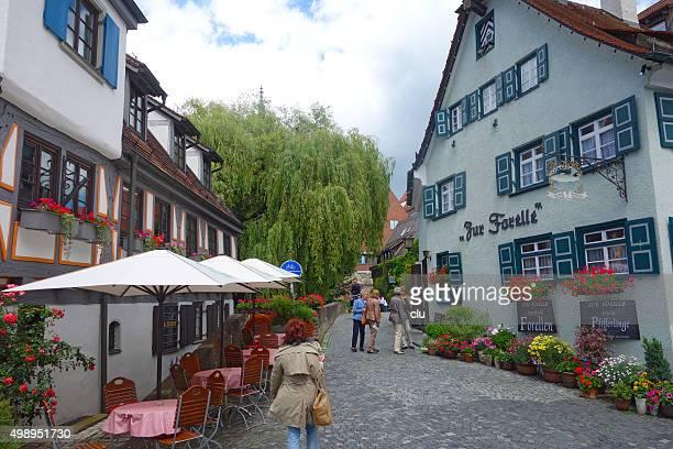 Touristen gehen in die mittelalterliche Stadt von Ulm Deutschland