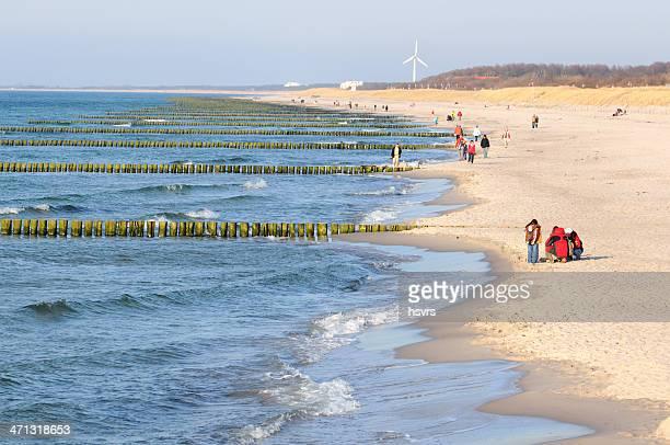 touristes marchant sur la plage de la mer baltique kühlungsborn (allemagne - fischland darss zingst photos et images de collection