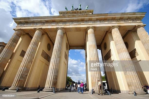 Touristen zu Fuß durch das Brandenburger Tor in Berlin im Sommer