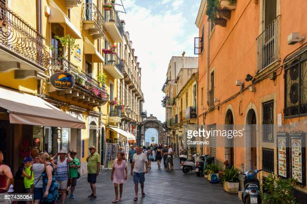 Touristes marchant dans les rues pittoresques de la ville touristique - Taormina, Sicile