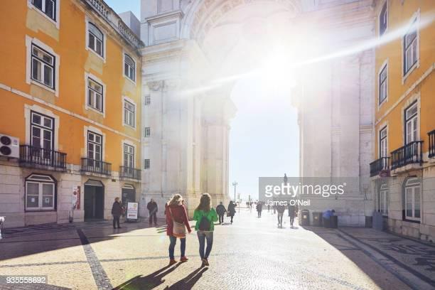 tourists walking towards the arco da rua augusta, lisbon, portugal - rua fotografías e imágenes de stock