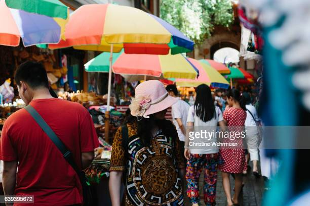 tourists wandering through ubud market in bali, indonesia - christine wehrmeier stock photos and pictures