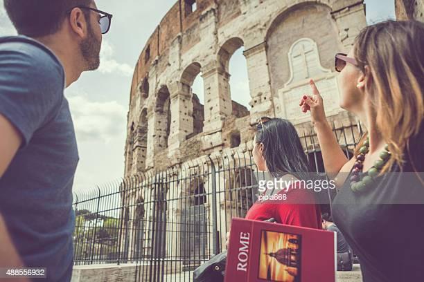 Los turistas con una guía en la parte frontal del Coliseum, Roma