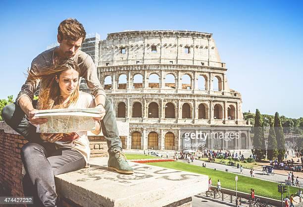 Turistas com mapa na frente do Coliseu