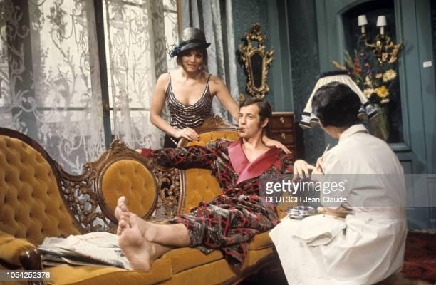 1966 Tournage du film Borsalino de Jacques DERAY avec JeanPaul BELMONDO et Catherine ROUVEL attitude de l'acteur pieds nus en peignoir fumant le...