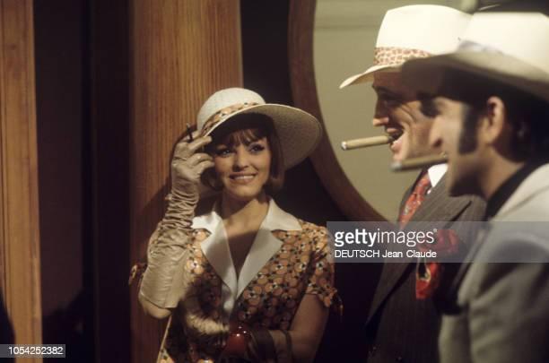 1966 Tournage du film Borsalino de Jacques DERAY avec JeanPaul BELMONDO et Catherine ROUVEL plan de face souriant de Catherine ROUVEL avec JeanPaul...