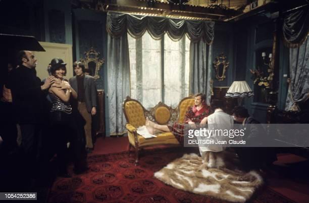 1966 Tournage du film Borsalino de Jacques DERAY avec JeanPaul BELMONDO et Catherine ROUVEL le réalisateur de profil une cigarette aux lèvres les...