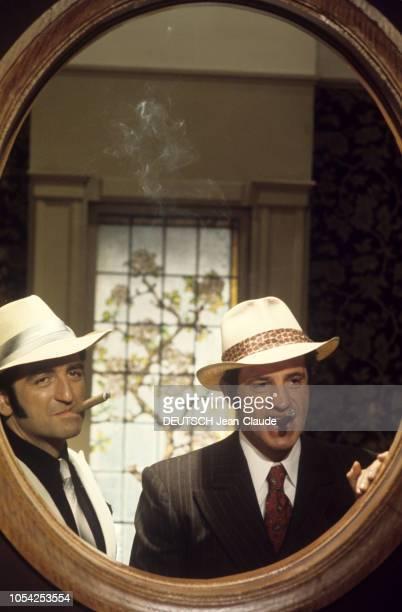 1966 Tournage du film Borsalino de Jacques DERAY avec JeanPaul BELMONDO et Catherine ROUVEL Les acteurs Mario DAVID et JeanPaul BELMONDO se regardant...