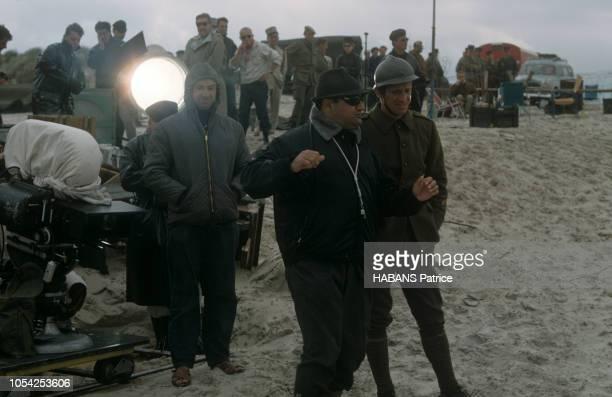 1964 Tournage du film francoitalien Weekend à Zuydcoote de Henri VERNEUIL avec JeanPaul BELMONDO Photos du tournage sur une plage et photos...