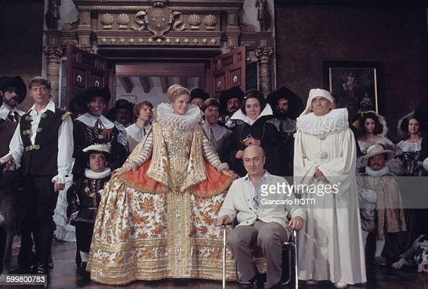 Tournage du film 'La Folie des grandeurs'' avec de gauche à droite les acteurs Yves Montand, le nain Roberto, Karin Schubert, le metteur en scène...