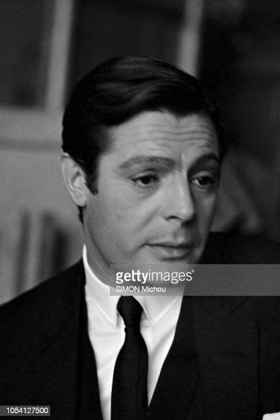 Tournage à Paris en novembre 1964 du film CASANOVA 70 de Mario Monicelli avec Marcello MASTROIANNI Bernard BLIER Michèle MERCIER Portrait en plan...