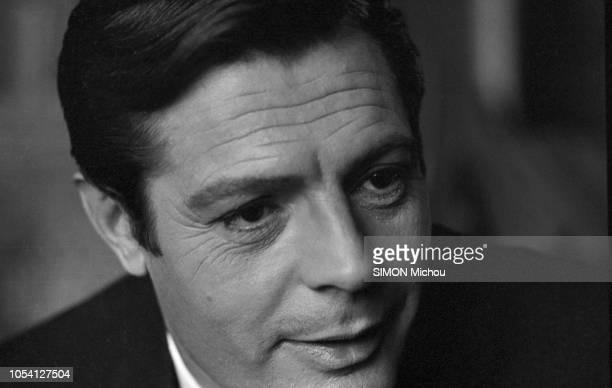 """Tournage à Paris en novembre 1964 du film """"CASANOVA 70"""" de Mario Monicelli, avec Marcello MASTROIANNI, Bernard BLIER, Michèle MERCIER. Portrait en..."""