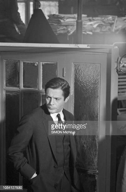 """Tournage à Paris en novembre 1964 du film """"CASANOVA 70"""" de Mario Monicelli, avec Marcello MASTROIANNI, Bernard BLIER, Michèle MERCIER. Ici, l'acteur..."""