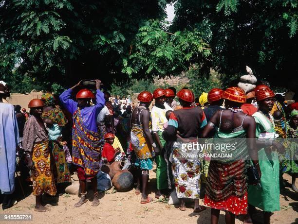 Tourou petit village des monts Mandara o les femmes sont coiffes au quotidien de calebasses colores comme le veut la tradition Tourou petit village...
