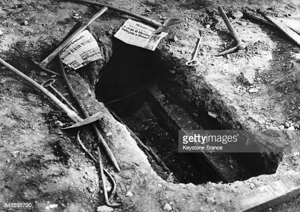 Tout autour de la tombe vide de Mussolini des pelles et des pioches ont été laissées par les voleurs néofascistes à Milan Italie le 23 avril 1946