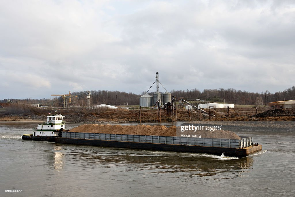 A tow boat pushes a barge of wood chips on the Mississippi River south of St. Louis, Missouri, U.S., on Friday, Dec. 7, 2012. Barges carrying grain, soybeans, coal, oil and other commodities on the Mississippi River have started to reduce their loads to navigate waters shrunk by the worst drought in 50 years. Photographer: Daniel Acker/Bloomberg via Getty Images