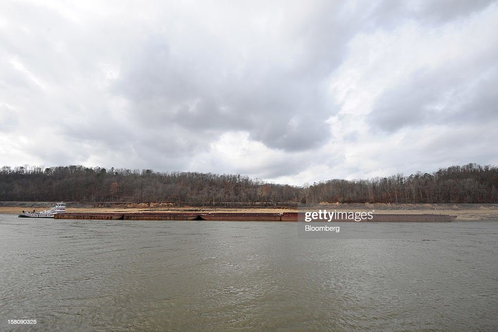 A tow boat pushes barges on the Mississippi River south of St. Louis, Missouri, U.S., on Friday, Dec. 7, 2012. Barges carrying grain, soybeans, coal, oil and other commodities on the Mississippi River have started to reduce their loads to navigate waters shrunk by the worst drought in 50 years. Photographer: Daniel Acker/Bloomberg via Getty Images