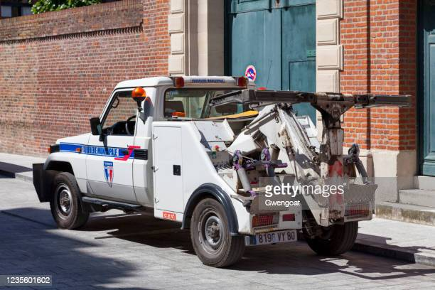tow truck of the fourrière municipale of amiens - gwengoat stock pictures, royalty-free photos & images