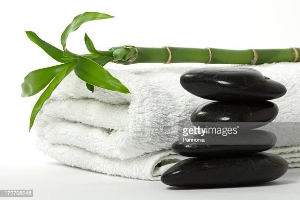 Handtuch mit Bambus und Massage mit heißen Steinen